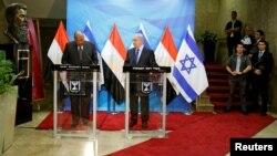 베냐민 네타냐후(가운데) 이스라엘 총리와 사메히 슈크리(왼쪽) 이집트 외무장관이 10일 이스라엘 수도 예루살렘에서 회담한 한 뒤 공동기자회견을 열고 있다.