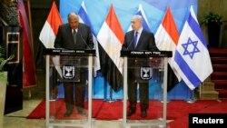 Menlu Mesir Sameh Shoukry (kiri) dan PM Israel Benjamin Netanyahu dalam konferensi pers bersama di Yerusalem, Minggu (10/7).