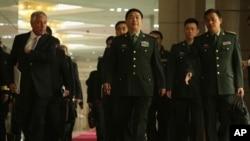 美国国防部长哈格尔与中国国防部长常万全抵达北京中国国防部总部的联合记者会现场。(2014年4月8日)