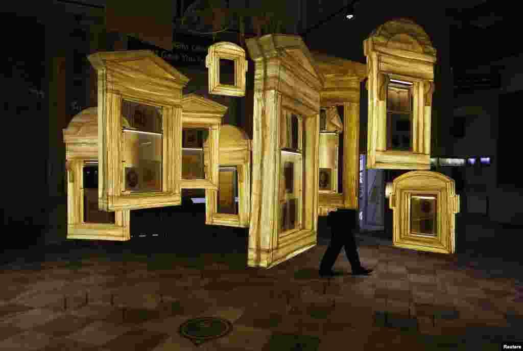 Một khách giữa một gian triển lãm tại Bảo tàng Lịch sử chính trị của Nga tại St Petersburg. Triển lãm là một dự án sáng tạo lớn để đưa ra một hình ảnh hoàn chỉnh về lịch sử chính trị của Nga trong hai thế kỷ.