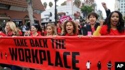 美国加州洛杉矶妇女在好莱坞附近游行抗议工作场合的性骚扰。(2017年11月12日)