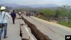 버마 미얀마에서 2011년 3월 25일 발생한 강진으로 손상된 도로(자료사진)
