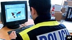 Un policier espagnol enquêtant sur des réseaux pédophiles, Madrid, 28 janvier 2006.
