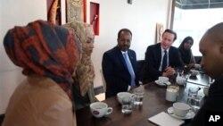 7일 런던에서 '국제 소말리아 회의'에 앞서 하산 셰이크 모하무드 소말리아 대통령 (왼쪽)과 데이비드 카메론 영국 총리 (오른쪽)가 영국 거주 소말리아인들과 대화하고 있다.