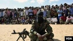 Anggota militan Al-Shabab bersila saat diumumkannya integrasi dengan Al-Qaeda di Mogadishu (Foto: dok)
