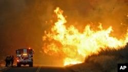 El incendio forestal cruzaba la Calle Real, cerca de el Parque Estatal El Capitan, en Santa Bárbara, California.