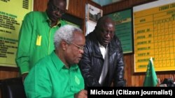 Mbunge wa Monduli, Edward Lowassa ambaye pia ni waziri mkuu wa zamani wa Tanzania, akisaini kitabu cha wageni wakati alipotembelea ofisi ya CCM mkoa wa Arusha. Kushoto ni Mwenyekiti wa CCM wa mkoa wa Arusha, Bw.Onesmo Ole Nangole.