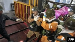 Nhân viên cứu hộ đang khiêng một nạn nhân ra khỏi mỏ than Thiên Thu, ngày 4 tháng 11, 2011