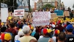 Protestas contra el gobierno de Nicolás Maduro en Caracas, Venezuela. La oposición habla de la necesidad de cambiar la Constitución.