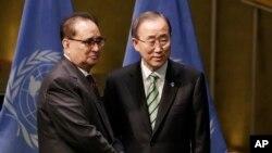 지난 4월 뉴욕 유엔 본부에서 열린 파리 기후변화협정 서명식에서 리수용(왼쪽) 북한 외무상이 반기문 유엔 사무총장과 악수하고 있다.