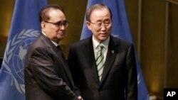 22일 파리 기후변화협정 서명식이 열린 뉴욕 유엔 본부를 방문한 리수용 북한 외무상(왼쪽)이 반기문 유엔 사무총장과 만나 악수하고 있다.