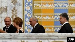 A partir da esq. Presidente russo Vladimir Putin, Alta Representante da UE para os Negócios Estrangeiros, Catherine Ashton, Presidente da Bielorússia, Alexander Lukashenko e Presidente da Ucrânia, Petro Poroshenko reúnem-se em Minsk, Ago. 26, 2014.