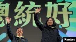 新當選的台灣總統、民進黨主席蔡英文向慶祝勝利的選民們揮手致意。