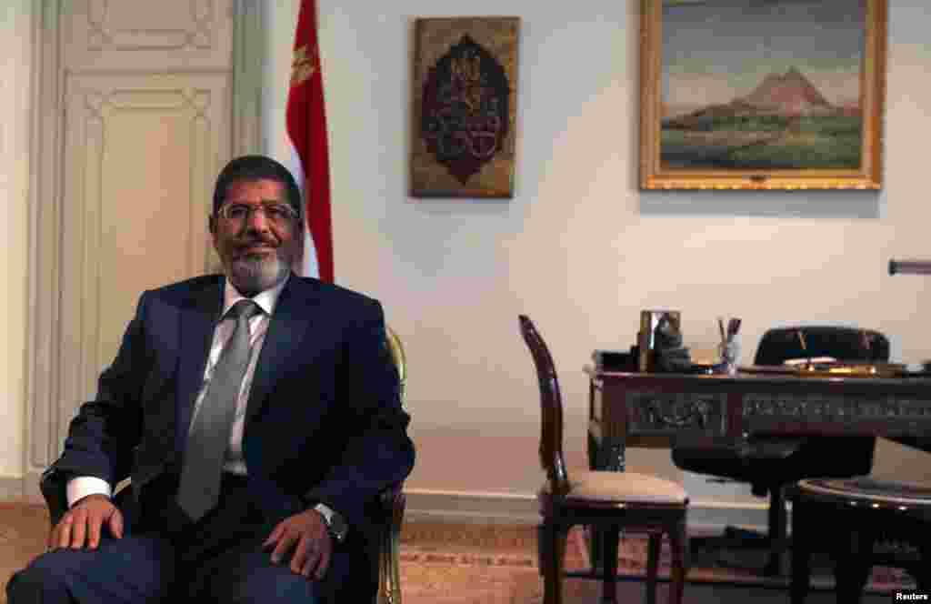 Мухаммед Мурсі зустрічається із заступником держсекретаря США у Каїрі.