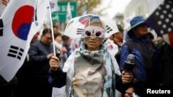 一些民众2018年4月6日在法院外支持朴槿惠(路透社)