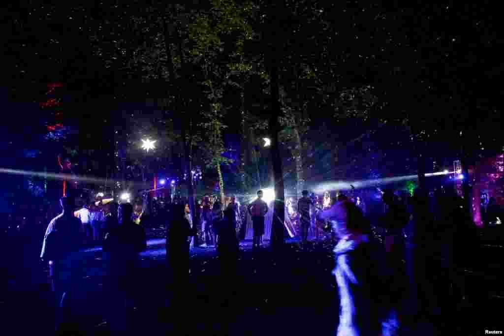 មនុស្សម្នាត្រឡប់ទៅផ្ទះវិញ នៅថ្ងៃទី៤ និងជាថ្ងៃចុងក្រោយនៃពិធីបុណ្យ Firefly Music Festival នៅក្នុងក្រុង Dover រដ្ឋ Delaware សហរដ្ឋអាមេរិក។