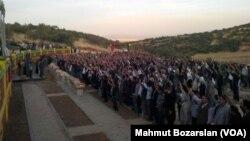 Askeri operasyonda öldürülen sekiz PKK'lının cenazesi çevredeki sivil eylemciler tarafından bulundukları yerden alınarak mezarlıktaki camiye götürüldü. Cenaze törenine HDP'li milletvekilleri, DBP'li belediye başkanları ve kalabalık bir grup katıldı.