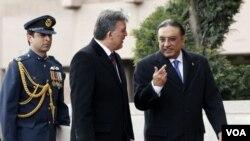 Presiden Pakistan Asif Ali Zardari (kanan) dan Presiden Turki Abdullah Gul berbincang-bincang di sela-sela pertemuan di Ankara, Rabu (13/4).