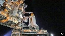 """太空穿梭機""""奮進號""""在肯尼迪太空中心等候發射"""