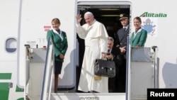 프란치스코 로마 가톨릭 교황이 19일 열흘간의 쿠바와 미국 방문길에 올랐다. 프란치스코 교황이 로마 공항에서 비행기에 오르고 있다.