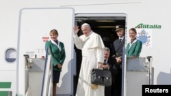 羅馬天主教教宗方濟各啟程對古巴和美國進行十天訪問,向送行者揮手。