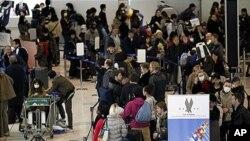 일본 전역에 방사선 누출 공포가 확산되면서 일본에 거주하는 외국인들의 탈출행렬로 붐비는 공항(자료사진)