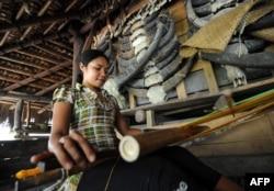 Seorang perempuan Sumba sedang menenun untuk dijual kepada para pengunjung di Desa Wisata Tarung, Sumba Barat, Nusa Tenggara Timur, 11 Maret 2012. (Foto: AFP)