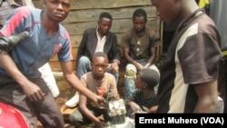 Ex-enfants soldats apprenant la mécanique avec la fondation Solidarité des hommes à Bukavu, en RDC, le 14 octobre 2016. (VOA/Ernest Muhero)