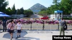 1968년 김신조 등 북한 무장공비 31명이 청와대를 습격한 사건 이후 통제됐던 청와대 앞 길이 개방된다. 사진은 22일 청와대 신무문 앞을 둘러보는 방문객들.