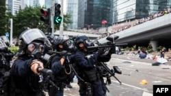 2019年6月12日,香港警方在與抗議者的暴力衝突中發射非致命的布袋彈、橡膠子彈。