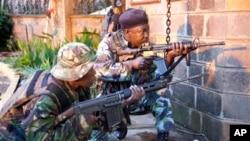 Lực lượng an ninh Kenya bên ngoài Trung tâm Mua sắm Westgate sáng sớm Thứ Hai, ngày 23 Tháng 9, 2013.