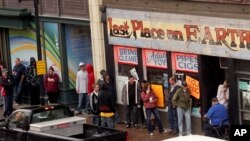"Para calon pembeli narkoba sintetik terlihat antri di sepanjang trotoar depan toko ""Last Place on Earth"" di Duluth, Minnesota (Foto: dok). Polisi narkoba Amerika telah mengeluarkan surat penangkapan untuk 150 tersangka komplotan narkoba sintetik, Rabu (26/6)."