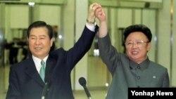 지난 2000년 평양에서 6·15 남북 공동선언을 발표한 김대중 한국 대통령(왼쪽)과 김정일 북한 국방위원장.