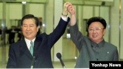 지난 2000년 6월 평양에서 6·15 남북 공동선언을 발표한 김대중 한국 대통령(왼쪽)과 김정일 북한 국방위원장. (자료사진)