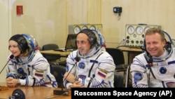 L'actrice Yulia Peresild, à g., le réalisateur Klim Shipenko, à dr., et le cosmonaute Anton Shkaplerov parlent avec leurs proches avant leur départ au cosmodrome de Baikonur, au Kazakhstan, mardi 5 octobre 2021.