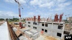 Vue sur la construction d'un hôpital à Owendo, le port de Libreville, le 11 octobre 2012.
