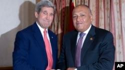 美國國務卿克里(左)星期天在開羅與埃及外交部長會面。