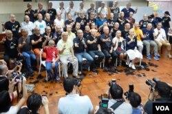40多位參與佔中「光明頂」行動的人士,剃頭後合照,表明爭真普選退無可退的決心。(美國之音湯惠芸攝)