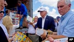 ترامپ و معاونش مایک پنس به عملیات امدادرسانی به سیل زدگان کمک کردند.