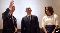 El presidente Barack Obama (C), y su esposa Michelle Obama, visitaron el Museo y Biblioteca Lyndon Johnson, en Austin, Texas.