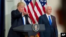 Presiden AS Donald Trump, didampingi Wapres Mike Pence (kanan), berbicara mengenai pembentukan komisi kecurangan pemilih di Gedung Putih, Rabu (19/7).