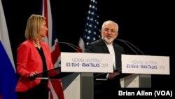 وزیر خارجۀ ایران و رئیس پالیسی خارجی اتحادۀ اروپایی حین اعلام توافق در مورد برنامۀ هسته یی ایران