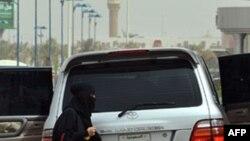 Một phụ nữ Ả Rập Saudi ra khỏi xe ở Riyadh, 17/6/2011