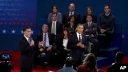 ປະທານາທິບໍດີໂອບາມາ (ຂວາ) ແລະອະດີດຜູ້ປົກຄອງລັດ Massachusetts ທ່ານ Romney ພວມໂຕ້ວາທີກັນ ທີ່ມະຫາວິທະຍາໄລ Hofstra ໃນນະຄອນນິວຢອກ (16 ຕຸລາ 2012)