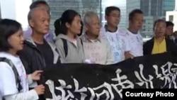 香港社运人士到香港高等法院声援13位狱中社运人士。 (苹果日报视频截图)