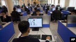지난 2011년 북한 평양의 김일성 대학 도서관에서 컴퓨터를 사용하는 학생들. (자료사진)