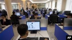 지난해 4월 북한 평양의 김일성 대학 도서관에서 컴퓨터를 사용하는 학생들. (자료사진)