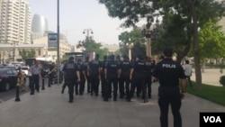Polis AXCP fəallarının aksiyaya cəhdinin qarşısını alarkən