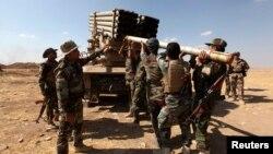 Pasuki Kurdi Peshmerga mempersiapkan peluncur roket untuk menggempur militan ISIS (16/9).