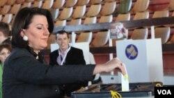 Predsednica Kosova, Atifete Jahjaga glasa na lokalnim izborima, 3. novembar, 2013.